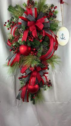 Gingerbread Christmas Decor, Outside Christmas Decorations, Christmas Swags, Christmas Tree Toppers, Holiday Wreaths, Christmas Diy, Rustic Christmas, Cadeau St Valentin, Christmas Floral Arrangements