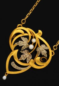 Pendant trefoil Art Nouveau yellow gold openwork foliate scrolls, to set with rose-cut diamonds and pearls leaves.