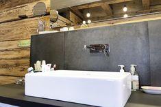 frei begehbare Eckdusche mit feststehender Glasabtrennung, Einhebelmischer mit Hand- und Regenbrause •wandhängender Möbelwaschtisch in schwarz-weiß-Optik mit Aufsatzwaschtisch aus Keramik und Unterputz-Einhebelmischer • ,Wandstehende Badewanne mit ausziehbarer Handbrause •Zum Dachstuhl hin geöffnete Raumgestaltung mit gefliestem Boden und sichtbaren Holzwänden • Wandhängendes WC mit Druckspülplatte • Fußbodenheizung•HSH-Installatör • Holz die Sonne ins Haus • ROT-HEISS-ROT Tadelakt, Bathtub, Bathroom, Wood Walls, Bath Tube, Full Bath, Palette Knife, Plastic Resin, Standing Bath