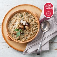 Quinoa mushroom risotto, or quinotto, is a tasty way to get a healthy meal. It's an interesting mix of quinoa, bacon, and vegetables. Mushroom Rice, Mushroom Risotto, Bacon Stuffed Mushrooms, Creamed Mushrooms, Prawn And Chorizo Risotto, Paella, Easy Weekday Meals, Cauliflower Risotto, Vegetarian Recipes