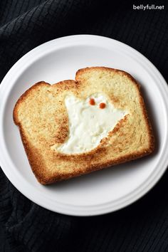 This GHOST TOAST is a quick and easy breakfast or snack, perfect for Halloween time! This GHOST TOAST is a quick and easy breakfast or snack, perfect for Halloween time! Halloween Snacks, Plat Halloween, Halloween Breakfast, Halloween Dishes, Halloween Party, Homemade Halloween, Halloween Stuff, Vintage Halloween, Quick And Easy Breakfast