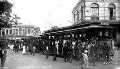 Capital da República. Em foto de 1924, os bondes da Estrada de Ferro para a Praça XV, no Centro do Rio de Janeiro foto de Augusto Malta