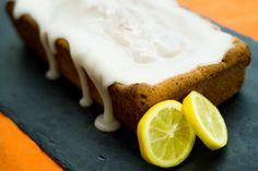 Bizcocho de yogur con glaseado de limón.