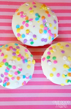 How To Frost Professional-Looking Cupcakes In Minutes!
