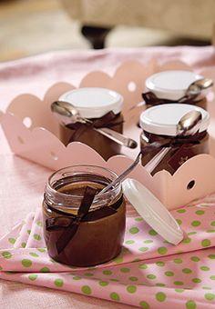 Use uma fita de seda marrom para amarrar a colherzinha ao pote de vidro. Para inovar na sobremesa, sirva o brigadeiro de colher em potinhos. Fica diferente e divertido