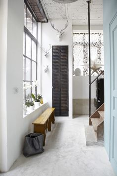 Industrial yet cozy and inviting house odds n ends дом, прих Modern Interior Design, Interior Architecture, Hallway Decorating, Interior Decorating, 25 Beautiful Homes, Beautiful Family, Halls, Houses In France, Small Hallways