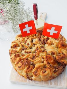 Älpler-Zupfbrot am Nationalfeiertag - ganz einfach selber machen Tasty Meal, Cheesesteak, Hawaiian Pizza, Vegetable Pizza, Macaroni And Cheese, Food And Drink, Cooking Recipes, Bread, Snacks