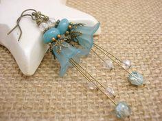 Pendientes flor azul Teal antiguo de latón por snowingstars en Etsy