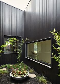 Clare Cousins Architects' Rail House in Westgarth, Melbourne demonstrates the possibilities of architecture along overlooked rail sites. Black Cladding, Timber Cladding, Cladding Ideas, House Cladding, Facade House, Atrium House, Wall Cladding, Patio Interior, Interior And Exterior