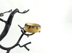 Bague en bois anneau large en buis et pyrogravé par LesBoisettes
