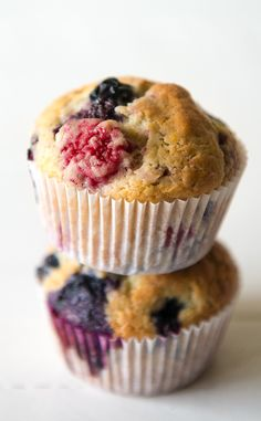 These easy berry muffins are moist and delicious thanks to the sour cream in the batter. This is a really easy muffin recipe that I know you'll love as much as I do! No Bake Desserts, Healthy Desserts, Delicious Desserts, Dessert Recipes, Healthy Food, Healthy Breakfasts, Summer Desserts, Fruit Recipes, Dessert Ideas