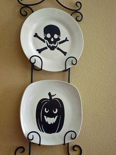DIY Hallowen Crafts : DIY Halloween Plate Decor —- I'd like to get a plate holder and make plates to switch out for every season/holiday Diy Halloween Home Decor, Scary Halloween Decorations, Halloween Projects, Halloween House, Holidays Halloween, Holiday Decorations, Holiday Ideas, Craft Decorations, Autumn Ideas