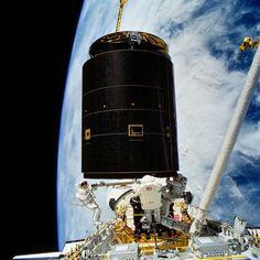 PHOTOGRAPH BY NASA 1992年、宇宙飛行士が3人同時に宇宙遊泳を行うという、史上初の記録が打ち立てられた。さらにこの宇宙飛行は、4回の宇宙遊泳と、軌道上の宇宙船との3度にわたるランデブーを含む初めてのミッションとしての記録も持つ。