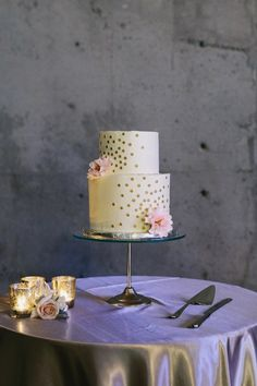 This wedding cake is so simple yet very chic! photo: GH Kim Photography
