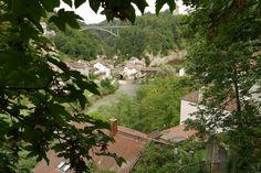 Vandaag in Zwitserland aangekomen. Voor enkele dagen een nog niet gereden deel van de Grand tour of Switzerland. Begonnen in Freiburg. Of Fribourg. Tweetalig zijn ze hier maar Frans hoor je het meest. #photography #travelphotography #traveller #canon #canonnederland #canon_photos #fotocursus #fotoreis #travelblog #reizen #reisjournalist #travelwriter#fotoworkshop #fotocursus #willemlaros.nl #reisfotografie #moto73 #suzuki #v-strom #MySuzuki #motorbike #motorfiets  #switzerland #zwitserland…