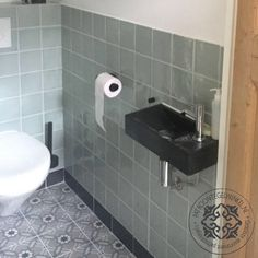 Keramische Patroontegel Otteline | www.patroontegelwinkel.nl Bathroom Toilets, Laundry In Bathroom, New Toilet, Lunch Room, Fresh And Clean, Colorful Interiors, Interior Inspiration, Sink, New Homes