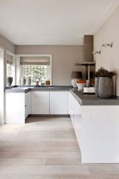 "Foto: Anneke Gambon ‐ ""Stijlvol Wonen"" ‐ © Sanoma Regional Belgium N. Foto: Anneke Gambon ‐ ""Stijlvol Wonen"" ‐ © Sanoma Regional Belgium N. Farmhouse Kitchen Decor, Kitchen Interior, New Kitchen, Kitchen Dining, Kitchen Cabinets, Kitchen Tips, Kitchen Layout, Kitchen Grey, Kitchen Walls"