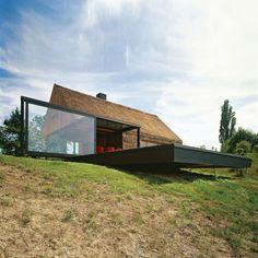"""Sie denken bei strohbedeckten Hütten ans Mittelalter? Das Architekturbüro Proahr beweist mit dem """"Zagorje Cottage"""" das Gegenteil: in Kroatien wird eine alte Hütte aufgerüstet – modernstes kroatisches Wohndesign."""