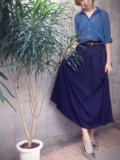 ロングスカートを使った秋コーデを紹介します。夏の定番人気!ロングスカートも、秋は素材やカラーを変えて、季節を感じさせるものを選ぶのがおすすめです。たっぷりとプリーツが入っているものや、こっくりとしたカラーを選ぶと、秋らしいコーデにぴったりです。みんなの着こなしを参考に、エレガントなコーデを楽しんでくださいね♪