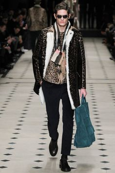The shearling jacket solidified itself as a fresh new trend out of London Collections: Men with Burberry Prorsum's fall-winter 2015 outing. Only Fashion, Fashion Week, Fashion Show, Mens Fashion, Fashion Design, High Fashion, Burberry Prorsum, Burberry Men, Monogrammed Scarf