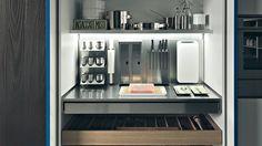 Atât ARRITAL Cucine cât și Zampieri Cucine propun o gamă variată de accesorii interioare pentru mobilierul de bucătărie: coloane extractibile pentru cămară; coșuri extractibile; cămară complet extractibilă pentru corp de colț; sertare interioare; organizatoare pentru tacâmuri, veselă, condimente, oale și capace; blat extractibil; uși retractabile (tip pocket)