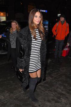 Pin for Later: Diese Stiefel sind das Beste, was euch in diesem Herbst passieren kann Lily Aldridge Das Model trug ein simples Streifenkleid zu den Stiefeln und verpasste ihrem Look so eine aufregende Note.
