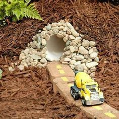 Een zelf gemaakte tunnel en racebaan in de buitenruimte.