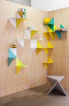 Mal umgekehrt: Statt eines Holzregals an einer Wand, hier eine Holzwand mit Metallregaleinheiten