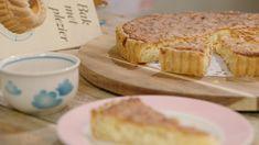 Iedereen kan een taart bakken – met name deze kokostaart. De bodem bestaat uit bladerdeeg, dat je bij voorkeur bij een goede bakker haalt. In de vulling zit kokospoeder, kokosmelk en geschaafde kokos. Gemakkelijk maar superlekker! Banana Bread, Sandwiches, Food And Drink, Sweets, Coconut Cakes, Snacks, Baking, Desserts, Recipes