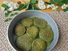Зеленые оладьи из крапивы с лепестками розы, кардамоном и ванилью