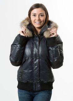 808-MF30-476 - Automne / Hiver  2014-15  •Manteau sport par Oxygen •Grande qualité de rembourrage de duvet 70% duvet / 30% plumes •Capuchon amovible garni de véritable fourrure •Fermeture à glissière sous patte de fermeture à boutons pression •Large bande de tricot épais au bas du manteau et aux poignets  •2 poches niveau poitrine, 2 poches plaquées et 2 en biais  •Pièces de cuir synthétique aux manches et aux coudes et comme garniture aux poches •Hydrofuge et résistant au ...