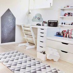Bureau + meuble plus bas pour la télé