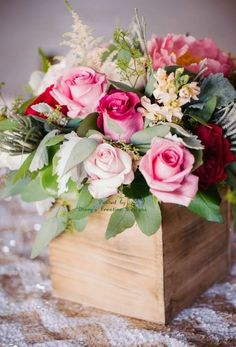 ~ Carmen I hope that you will enjoy these beautiful roses in honour of your special week donna Deco Floral, Arte Floral, Floral Design, Beautiful Flower Arrangements, Pretty Flowers, Floral Arrangements, Floral Centerpieces, Wedding Centerpieces, Centrepieces