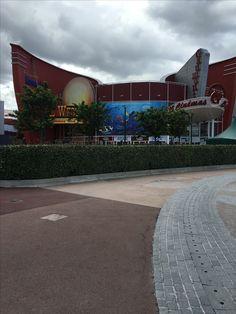 Cinéma Gaumont Disney Village à Disneyland Paris. /  Gaumont Disney Village cinema or theater at Disneyland Paris.