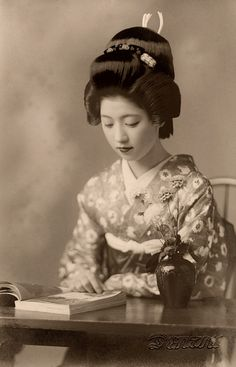 theserpentscoil:  Geiko Toba reading a Book 1938 by Blue Ruin1 on Flickr.