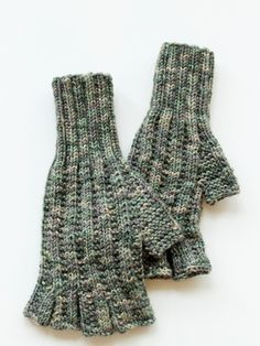 Adult fingerless gloves with knit and purl stitch pattern. Gloves are knitted using Novita 7 Veljestä Viidakko yarn and they have open fingers. Crochet Mittens, Knitted Gloves, Fingerless Gloves, Knit Crochet, Knitting Patterns Free, Free Knitting, Stitch Patterns, Alpaca Wool, Wool Yarn