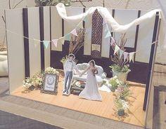 ✴︎ 【Wedding Report 35 / diorama 】 ・ ・ ムービーのコマ撮りに使ったジオラマは ウエルカムスペース横の通路の棚に置きました♡ ・ ・ 背景の壁も会場の柱とかレンガをそのまま再現してあります.。.:*☆ ・ ・ ソファやトランクテーブルは紙粘土で作製しました♪ ・ ・