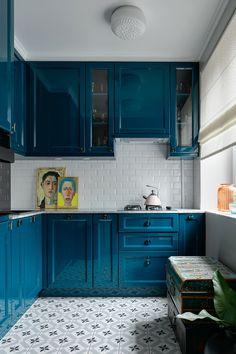 Яркая маленькая кухня: синий и белый