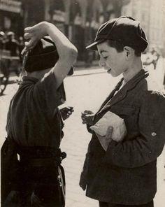 Roman Vishniac. Deux garçons comparent des cadeaux de Pourim, Varsovie 1935-1938 (A vanished world)