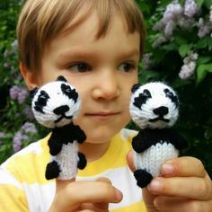 Free knitting pattern from the talented @barbaraprime : Panda Finger puppet!
