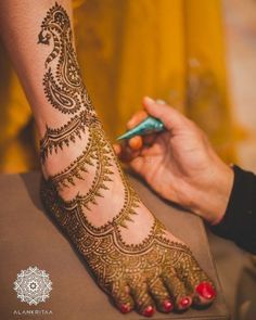 Minimalism is in with brides! While some brides opt for knee length designs, there are some who opt for minimalistic mehendi designs. Most brides dont want to sit for 6 hours on their own mehendi d. Leg Mehendi Design, Leg Mehndi, Hand Mehndi, Mehandi Henna, Simple Arabic Designs, Simple Mehndi Designs, Mehndi Designs For Hands, Wedding Mehndi Designs, Arabic Mehndi Designs