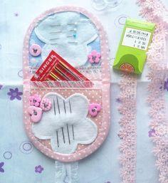 Estou postando um tutorial de como fazer um agulheiro em forma de carteirinha, estilo Cottage com renda e botões. É ideal para presentear, bem delicado e romântico tem dois bolsinhos para guardar a…