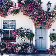 Amazing floral decoration for home exterior Exterior Design, Interior And Exterior, Beautiful Homes, Beautiful Places, Belle Photo, My Dream Home, Planting Flowers, Flowers Garden, Beautiful Flowers