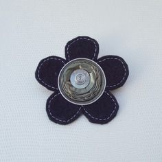 Broche fleur kaki/noir en feutrine et capsule alu recyclée