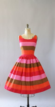 Vintage 50 s Parade roze, oranje, rood, groen gestreepte katoenen jurk. Zeer goede kwaliteit, dikke katoenen jurk. Volledige rok. Metalen rits op de rug. Crinoline gedragen onder rok in fotos voor toegevoegde volheid. Zeer goede vintage toestand-een kleine plek aan de voorkant van de rok.  Dit stuk is schoongemaakt en is klaar om te dragen!  Label Parade Katoen stof Geschatte maat L Label grootte n/b Pit-Pit 19.5 Taille 14.25 Heupen Open Schouder 1 Mouw- Lengte 43 Kleur roze, oranje, rood…
