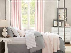 linge de lit blanc, gris et rose, rideaux rose, couleur mur gris clair, commode blanche, lit baldaquin, decoration chambre fille