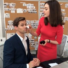 """""""And she does make up too! #annehathaway #theintern"""" - nm 