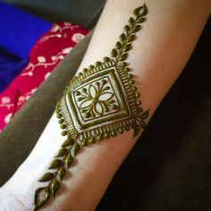 This Simple Henna Tattoo is awesome.Welcome to the innovative world of henna art & design, combining fusion designs from Arabic, Indian and others. Indian Henna Designs, Wedding Mehndi Designs, Beautiful Henna Designs, Latest Mehndi Designs, Henna Tattoo Designs, Mehandi Designs, Heena Design, Mehendi, Mehandi Henna