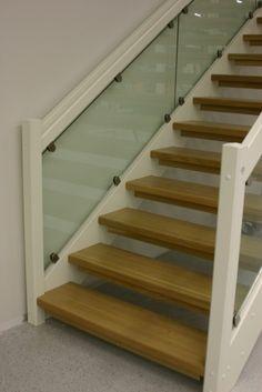 Lappiporras TC4 Portaassa Timber Clamps lasikaide.  Askelmat petsattua koivua, muut varusteet valkoiseksi maalattua. Stairs, Life, Home Decor, Ladders, Homemade Home Decor, Stairway, Staircases, Decoration Home, Stairways