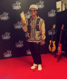 NRJ Music Awards... He won!! Bruno Mars Awards, Music Awards, Sexy Men, Marie, Bomber Jacket, Singers, Addiction, Bb, Fandom